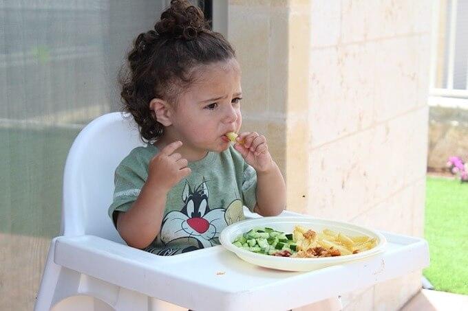 食事をしている男の子