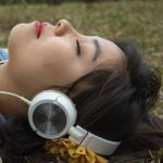 音楽を聴きながら寝ている女性