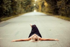 路上に寝っ転がっている女性