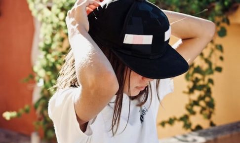 帽子を被っている女の子