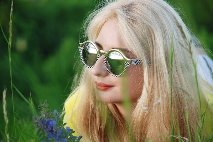 金髪サングラスの女性