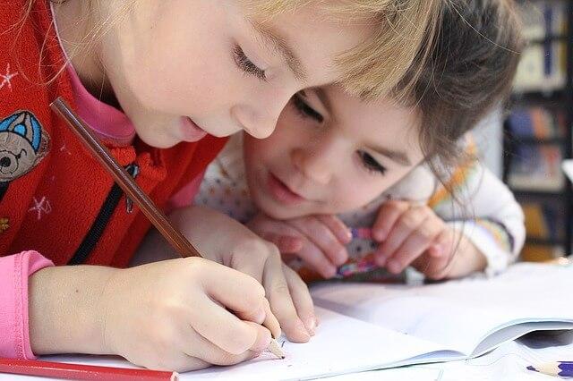 勉強をしている子供2人