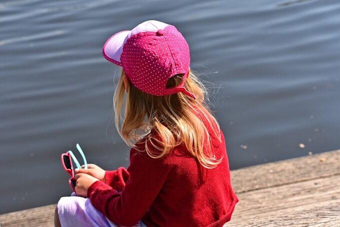 川辺に座っている女の子