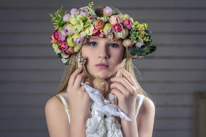 花輪をしている女の子