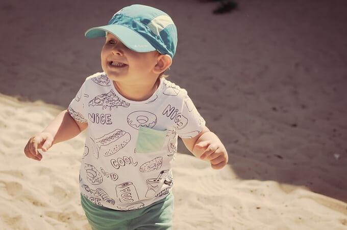 帽子を被っている少年
