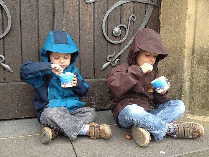 アイスを食べている子供