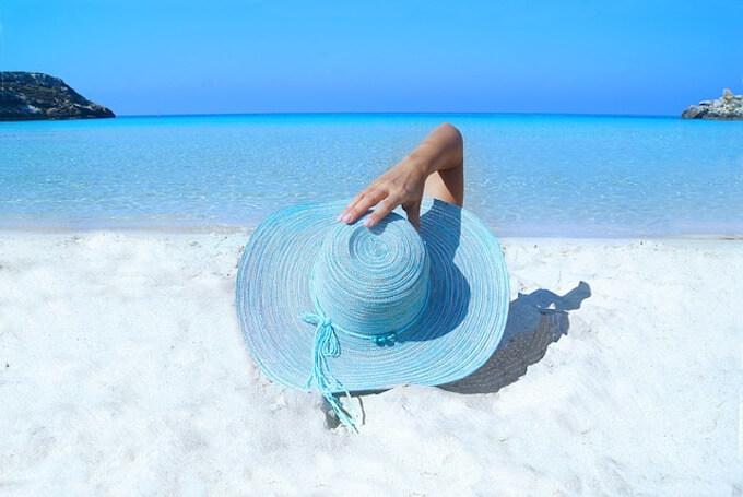 青色帽子の女性