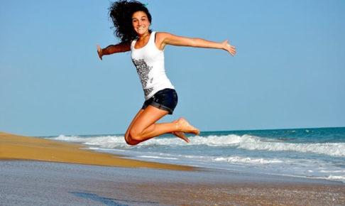 海でジャンプしている女性