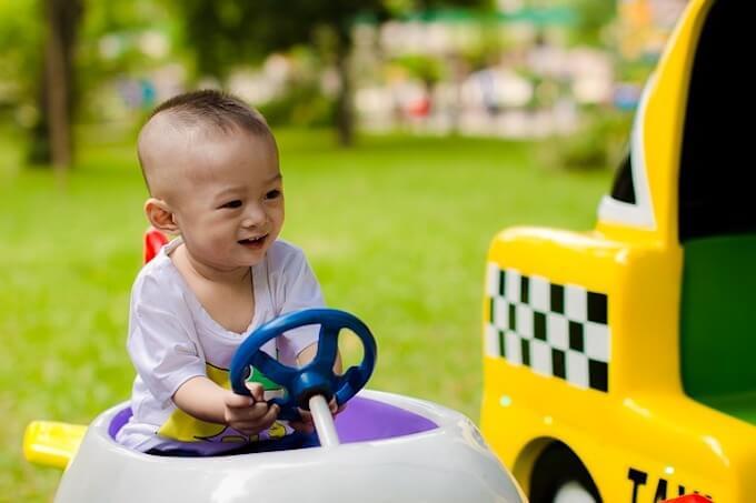 車に乗っている子供