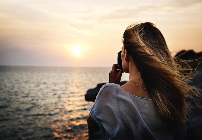 海を撮っている女子