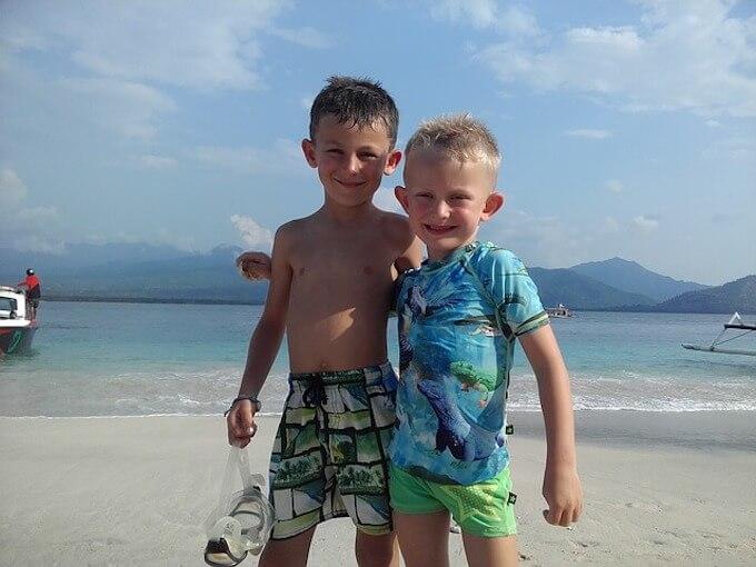海で遊ぶ子供2人