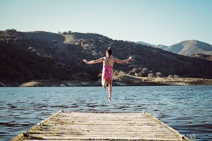 海に飛び込む女の子