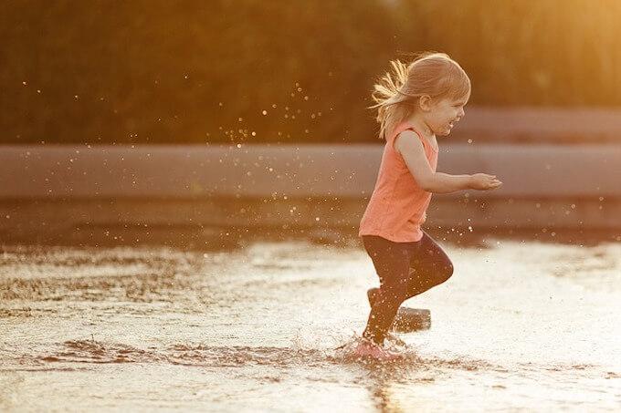 川を走っている女の子