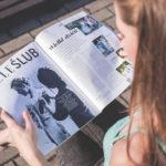 雑誌を読んでいる女性