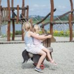 砂場で遊んでいる子供達