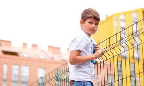 フェンスと少年