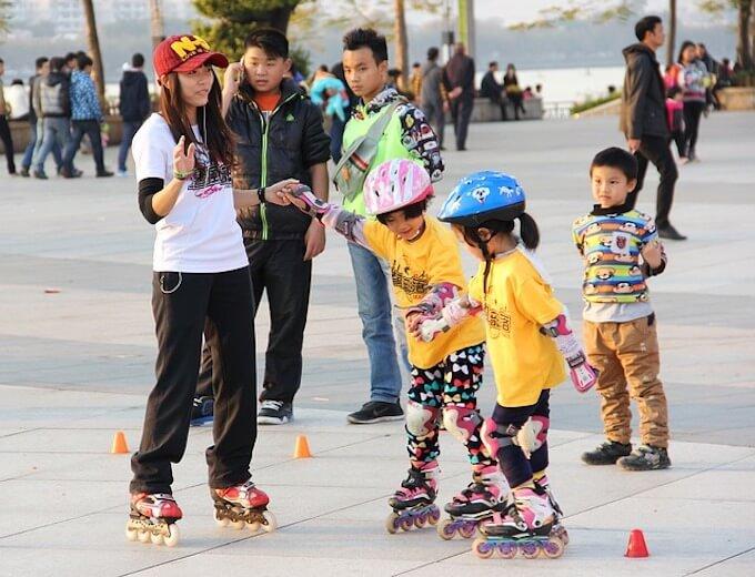 スケートをしている子供