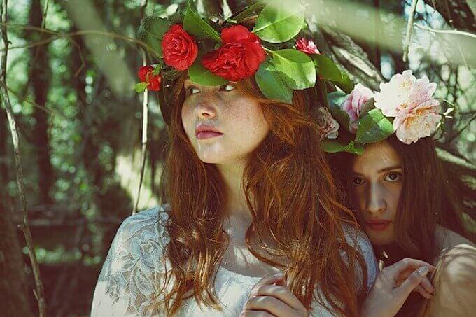 花飾りを付けている女の子