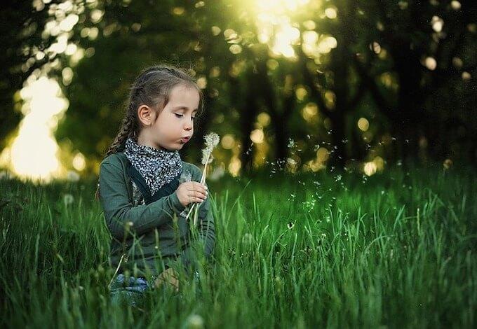 お花を積んでいる女の子